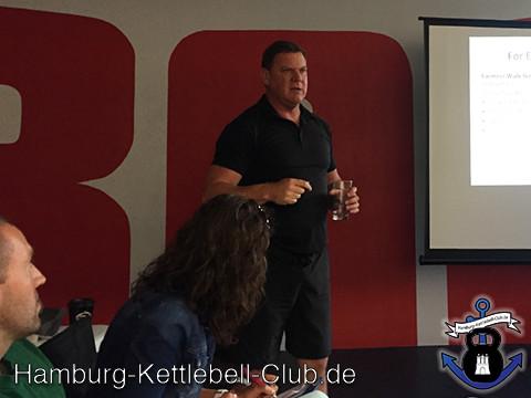 Dan John gibt einem Workshop in der KRABA München